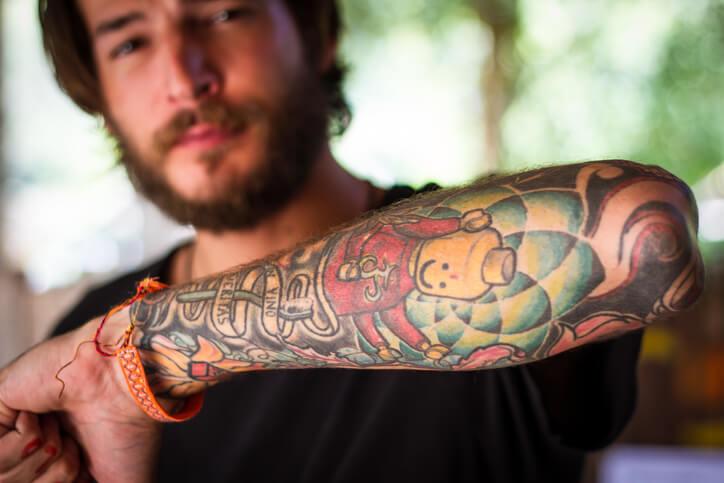 Tatuaggi braccio uomo colorati: tatuaggi colorati braccio