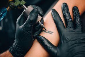 Tatuaggio braccio uomo piccoli: tattoo braccio