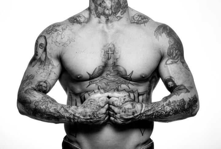 tatuaggi sul petto uomo rischi